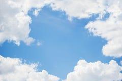 Ram av bakgrund för blå himmel och moln Royaltyfri Fotografi