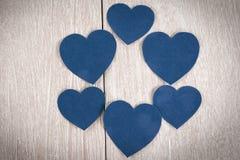 Ram av blåa hjärtor på en ljus träbakgrund royaltyfri foto