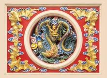 Ram av den guld- kinesiska draken för staty i cirkel Fotografering för Bildbyråer