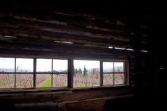Ram av det långa fönstret i gammalt hus arkivfoton