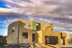 Ram av ett oavslutat hus med inget tak p? en konstruktionsplats royaltyfri fotografi