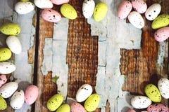 Ram av färgglade easter ägg Arkivfoto