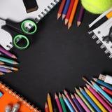 Ram av färgrika skolatillförsel för utbildningsbegrepp royaltyfri bild