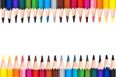 Ram av färgrika träblyertspennor som isoleras på vit royaltyfri fotografi