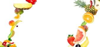 Ram av fallande nya grönsaker och frukter som isoleras på vit bakgrund med kopieringsutrymme för text royaltyfri foto