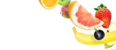 Ram av fallande nya gr?nsaker och frukter som isoleras p? vit bakgrund med kopieringsutrymme f?r text royaltyfri foto