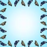 Ram av fjärilar med kopieringsutrymme på blå lutningbakgrund Royaltyfri Bild