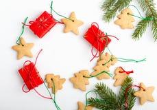 Ram av hemlagade julkakor och gåvor med kopieringsspasen fo Arkivbilder