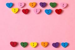 Ram av hjärta-formade knappar med kopieringsutrymme på rosa bakgrund lycklig s valentin för dag Arkivfoton