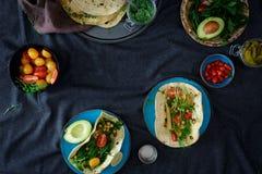 Ram av ingredienser för att laga mat den vegetariska pitabrödet med variationsdi arkivfoton