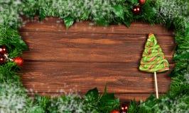 ram av julgranfilialer med leksaker på en träbackgroun royaltyfri fotografi