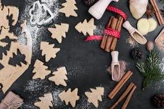 Ram av julkakor och kryddor över den lantliga tabellen med snuten Arkivbild
