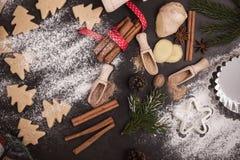 Ram av julkakor och kryddor över den lantliga tabellen med snuten Royaltyfri Fotografi