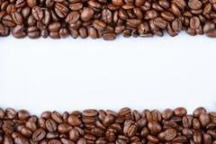 Ram av kaffebönor på en vit bakgrund Arkivfoton