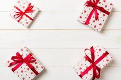 Ram av många färgrika gåvaaskar med röd för tomt bästa sikt kopieringsutrymme för pilbåge och för hjärta, valentin eller andra fe arkivfoto