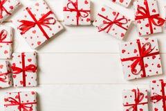 Ram av många färgrika gåvaaskar med röd för tomt bästa sikt kopieringsutrymme för pilbåge och för hjärta, valentin eller andra fe royaltyfri foto