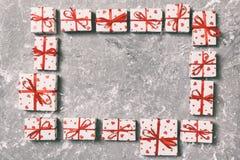 Ram av många färgrika gåvaaskar med röd för tomt bästa sikt kopieringsutrymme för pilbåge och för hjärta, valentin eller andra fe fotografering för bildbyråer