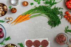 Ram av mat för att laga mat hjälpsam mat på vit yttersida Royaltyfri Fotografi