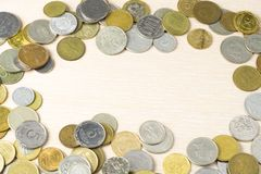 Ram av mynt på träbakgrunds- och kopieringsutrymme för text i mitt bakgrundsbegreppet bantar guld- äggfinans Royaltyfri Bild