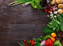 Ram av nya grönsaker på träbakgrund med kopieringsutrymme royaltyfria foton