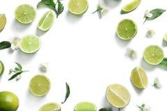 Ram av nya mogna limefrukter på vit bakgrund, Arkivfoton