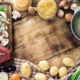 Ram av olika ingredienser för att laga mat soppa på trätabellen Royaltyfri Fotografi