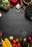 Ram av organisk mat Nya rå grönsaker med svarta bönor Arkivfoton