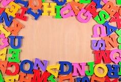 Ram av plast- färgrika alfabetbokstäver Arkivbild