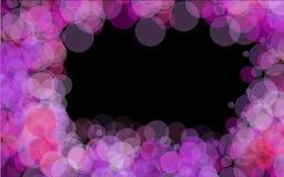 ram av purpurfärgade ljusa genomskinliga abstrakta skinande härliga ljusa fläckar med en bokeheffekt med ilsken blick av ljus som Royaltyfri Fotografi