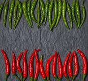 Ram av röd och grön Chile peppar Arkivfoto
