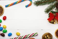 Ram av sötsaker och andra julobjekt Arkivfoton