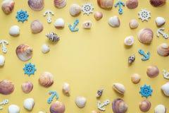 Ram av skal, dekorativa ankaren och styrninghjul på yello Royaltyfria Bilder