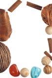 Ram av trägarneringar, kanelbruna pinnar, stenar Arkivfoto