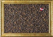 Ram för kaffeböna från den härliga bakgrundssikten för bild sidan Begrepp Hjärta, som säger mig, älskar dig Arkivbild