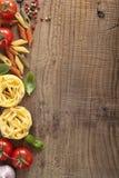 Ram för pastatomatbasilika på träbakgrund royaltyfria bilder