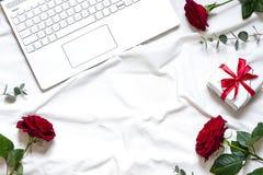 Ram för valentindagbegrepp på den vita filten med en bärbar dator fotografering för bildbyråer
