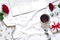 Ram för valentindagbegrepp på den vita filten med ett tangentbord arkivbild