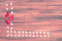 Ram f?r konfettier f?r valentinf?r?lskelsehj?rta p? tr? royaltyfria bilder