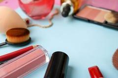 Ram från en uppsättning av kvinnliga skönhetsmedel från en läppstift, en highlighter, en blyertspenna för kanter, borstar, borsta arkivfoto