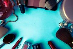 Ram från en uppsättning av kvinnliga skönhetsmedel från en läppstift, en highlighter, en blyertspenna för kanter, borstar, borsta royaltyfri bild