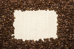 Ram från kaffebönor på säckväv Fotografering för Bildbyråer