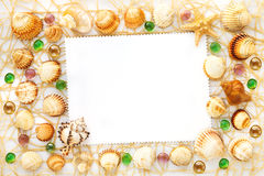 Ram från olika havsskal och glass pärlor Royaltyfria Foton