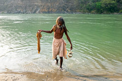 RAM JHULA, INDIA - APRIL 17, 2017: Indische sadhu komt uit de rivier Ganges in India Stock Afbeeldingen
