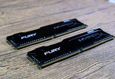 RAM Kingston Fury på en trätabell RAM med ett element Overclocker RAM arkivfoto