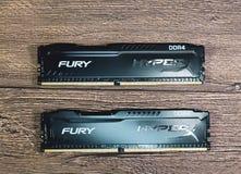 RAM Kingston Fury su una tavola di legno RAM con un radiatore Overclocker RAM fotografie stock