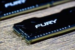 RAM Kingston Fury su una tavola di legno RAM con un radiatore Overclocker RAM immagine stock