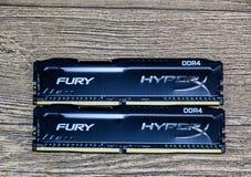 RAM Kingston Fury su una tavola di legno RAM con un radiatore Overclocker RAM fotografia stock