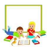 Ram med barn, pojken och flickan som läser en bok Arkivfoto