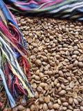 ram med den traditionella flerfärgade mexikanska rebozoen och grillad kaffebönor, bakgrund och textur royaltyfri fotografi