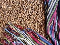 ram med den traditionella flerfärgade mexikanska rebozoen och grillad kaffebönor, bakgrund och textur royaltyfri bild